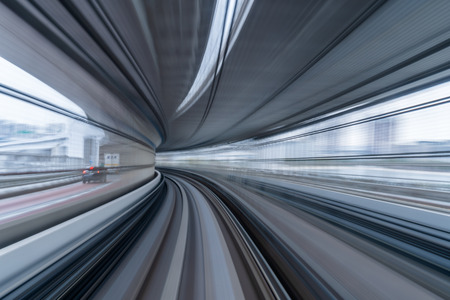 Mouvement flou de train s'exécutant sur tunnel à Tokyo, Japon