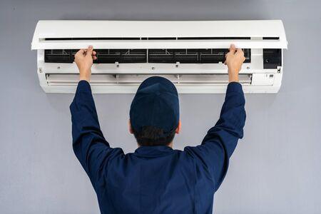 Technikerservice überprüft und repariert Klimaanlage im Innenbereich