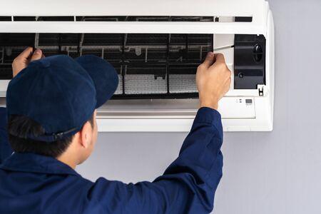 monteur service luchtfilter van de airconditioner verwijderen voor reiniging