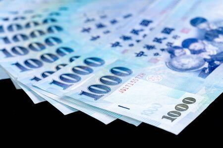 1000 neue Taiwan-Dollar-Banknote, Bargeld isoliert auf einem schwarzen Hintergrund