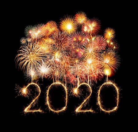 2020 feliz año nuevo fuegos artificiales escritos brillantes bengalas en la noche