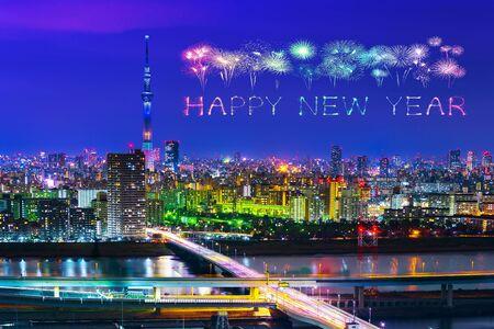 Frohes neues Jahr-Feuerwerk, das nachts über dem Stadtbild von Tokio feiert, Japan