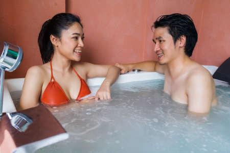couple relaxing inside a bathtub 免版税图像 - 155483658