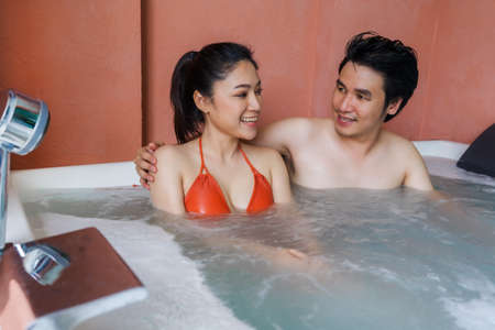 couple relaxing inside a bathtub 免版税图像 - 155616901