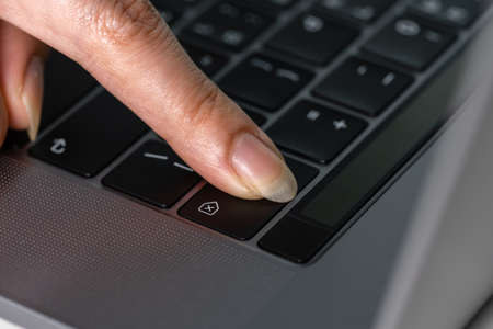 close-up female hand pressing a Backspace key for delete on a laptop keyboard 免版税图像