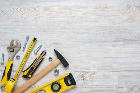 Widok z góry instrumentów i narzędzi budowlanych DIY na drewnianym stole warsztatowym.