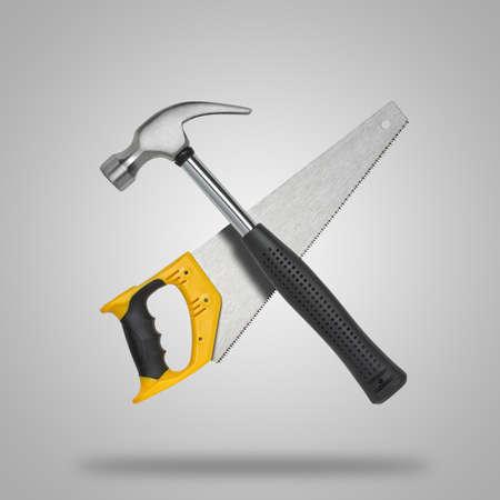 icono computadora: Cruz� la sierra y martillo en fondo gris como icono Foto de archivo