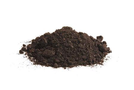 Heap de l'humus du sol, isolé sur fond blanc. Pile de terre noire. Banque d'images
