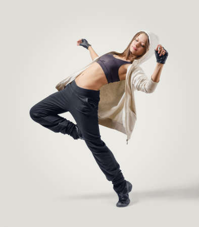 若い魅力的な少女ダンサー ジャズ ダンスの位置で跳躍