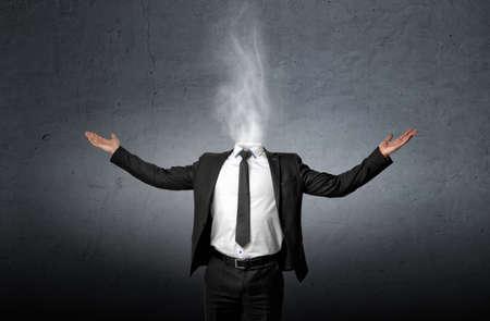 Fumando en lugar de una cabeza de hombre de negocios que levantó la palma de las manos. Vista frontal Foto de archivo