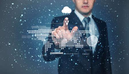 precipitación: El hombre de negocios de tocar la pantalla táctil con la proyección de la representación gráfica Mapa del mundo con su dedo. Pronóstico del tiempo. La probabilidad de precipitación en forma de nieve. Tecnología innovadora. Presentación digital.