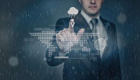 precipitacion: Empresario comprueba el pronóstico del tiempo. Al tocar la pantalla táctil con la proyección de la representación gráfica mapa del mundo. La probabilidad de precipitación en forma de lluvia. Tecnología innovadora. presentación digital