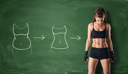 Concept van hoe het lichaam van een meisje te veranderen - van dikke buik om een perfecte taille en abs op de achtergrond van een school bord. Zelfverbetering en sport. Atletisch. Workout en fitness.