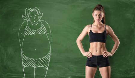 Fille sportive avec un corps mince, debout sur le côté droit et une image d'une grosse femme dessinée sur le côté gauche sur un tableau noir sur fond vert. Se débarrasser d'un ventre de pot. Perdre du poids. Avant et après. Banque d'images - 64199600
