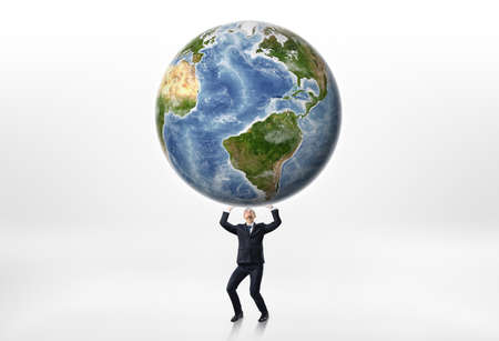 dominacion: Los hombres de negocios que sostienen la tierra por encima de él sobre un fondo blanco. Dominación mundial. Ejecución del planeta. ventaja comercial. Conquistando el mercado. Elementos de esta imagen son proporcionados por la NASA. Foto de archivo