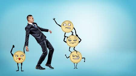 slip homme: Un homme d'affaires perd son équilibre alors que beaucoup de grandes pièces d'or aux bras et aux jambes essayent de le faire tomber.