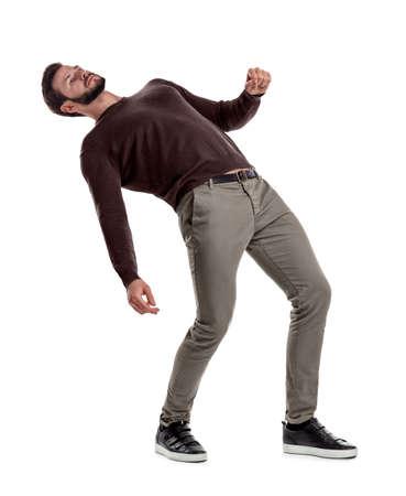 Un homme barbu en tenue décontractée se tient le dos profondément penché en arrière sur un fond blanc. Banque d'images