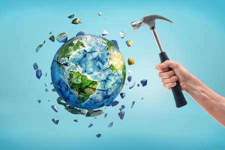 Die Erde wird zerschmettert, nachdem sie von einem Hammer getroffen wurde. Standard-Bild