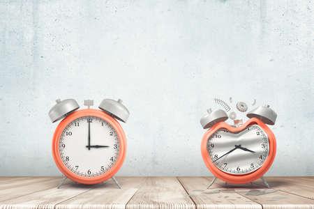 Representación 3D de un reloj despertador rojo plateado de trabajo y uno dañado en el piso de madera blanca y fondo de pared blanca Foto de archivo
