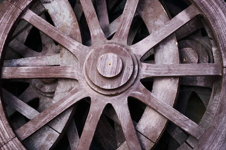 carreta madera: Old rustic wooden wagon wheels. close up