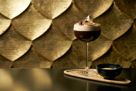 ライム、新鮮なアルコール カクテルのクローズ アップ ミントを飾ると、黒いテーブルとコピー領域とテクスチャ背景の氷。発泡アルコール、ノン