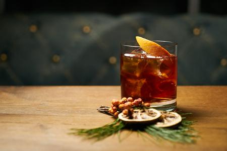 コニャックまたはウイスキーコーラの飲料カクテル 写真素材 - 93644551
