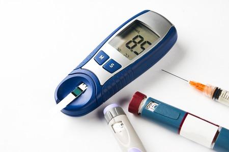 Diabetische apparatuur op wit wordt geïsoleerd
