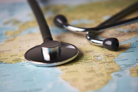 Stetoscopio medico dei medici sopra il controllo sanitario dell'Africa. Malattie mediche di cura di viaggio di turismo di concetto sano, primo piano. Messa a fuoco selettiva Archivio Fotografico - 97245906