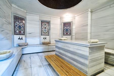 Ein Marmortisch im türkischen Hammam. Traditioneller türkischer Badezimmerinnenraum. Klassischer Innenraum der türkischen Sauna