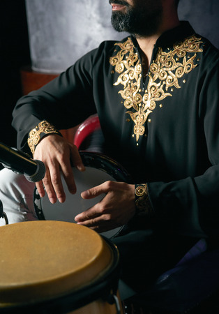 Man hands playing music at djembe drums. Musician playing congas, close-up. Rhythm of Africa, Bongo drum music Standard-Bild