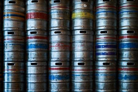 Stahlbierfässer Wand Hintergrundtextur, Nahaufnahme. Stapel von Metallbierfass in der Brauerei. Standard-Bild