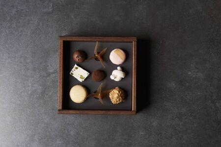 Bonbons au chocolat sucré dans une boîte en bois, gros plan. Banque d'images