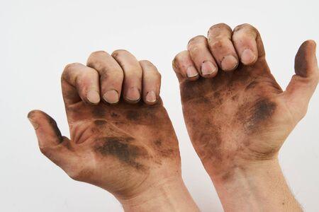 Main sale isolée sur fond blanc avec espace de copie. L'homme montre ses mains sales avec les paumes, gros plan