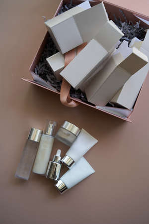 Woman hands open gift box with cosmetics, top view. Female hands holding gift or present box. Parcel delivery Foto de archivo