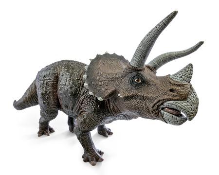 トリケラトプスの恐竜のおもちゃの広いビューは、クリッピングパスと白い背景に隔離されています。