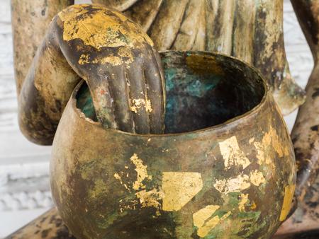 limosna: Limosnas del monje budista bowl para la donaci�n con la mano de Buda Foto de archivo