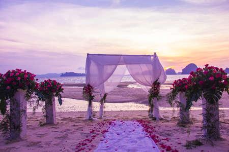 ビーチでの結婚式のための装飾的な設定 写真素材