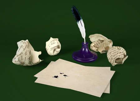 comunicación escrita: papel de carta en blanco con pluma de ave y tintero sobre fondo verde Foto de archivo