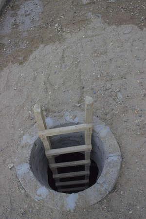 Baustelle Szene, Loch im Boden mit einer Leiter. Concept - der einzige Weg ist um. Concept - Flucht aus der Dunkelheit. Standard-Bild - 21604688