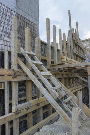 Bau einer neuen Stützmauer Betonwand an der Baustelle. Vorbereiten der Beton gießen. Standard-Bild - 21974298