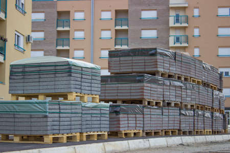 paving stones on pallets, pallets stacked at construction site Foto de archivo