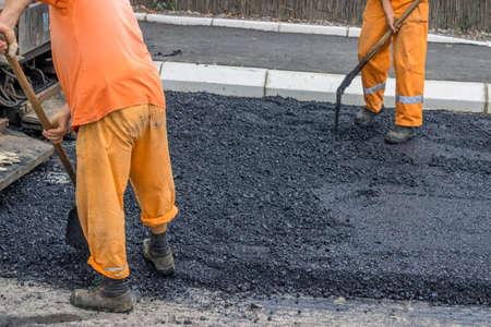 Straßenfertiger Maschine während des Straßenbaus, Straßen-Bau-Crew gelten die erste Asphaltschicht. Standard-Bild - 23941206