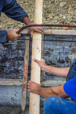 handsaw: tabla para cortar madera con una sierra de mano artesano Foto de archivo