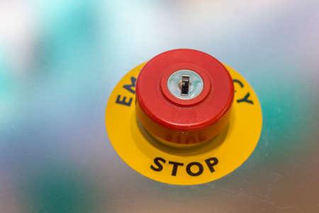 Rode noodstopknop op de machine voor de veiligheid. Stop schakelaar. Selectieve aandacht en ondiepe dof.