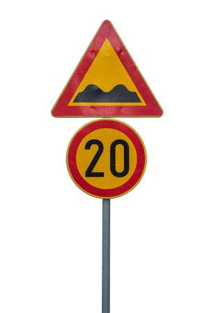 determining: Se�al de l�mite de velocidad para determinar el signo bache l�mite de velocidad 20 y la velocidad. Aislado en blanco con saturaci�n camino. Foto de archivo
