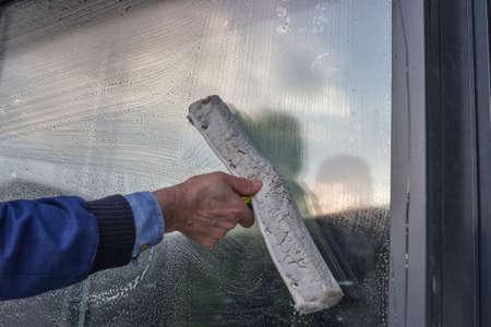 cleaning window: Lavavetri Mano di un edificio, lavare una finestra
