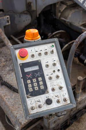 control panel: cerca de un panel de control de la m�quina pavimentadora de asfalto en el sitio de la construcci�n de carreteras