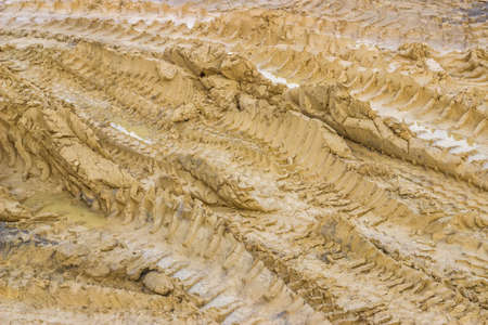 huellas de neumaticos: Camino fangoso con huellas de neum�ticos y charcos. Enfoque selectivo. Foto de archivo