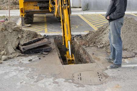 aguas residuales: Excavación se derrumbó línea de alcantarillado, sustitución línea de alcantarillado. Línea de la renovación parcial de Alcantarilla. Foto de archivo