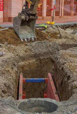 Shoring unterstützt Wände eines Grabens durch Metallgerüst und Schutz der Arbeitnehmer aus Einstürze beim Ausheben eines Grabens für die Reparatur oder Neubau. Selektiven Fokus. Standard-Bild - 41554725